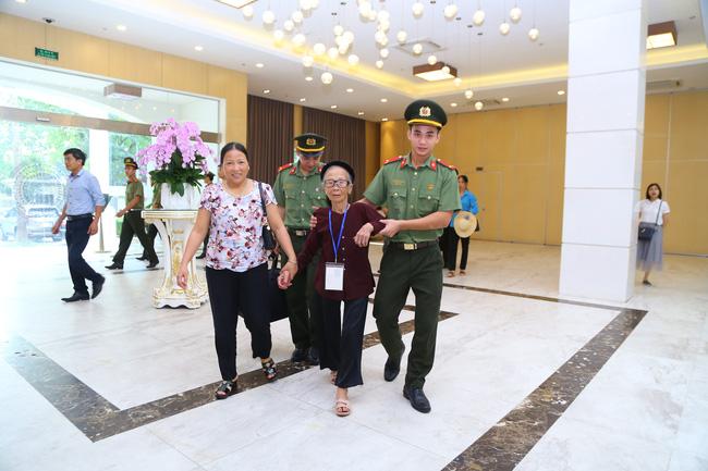 Đón các Mẹ về Hà Nội dự Gặp mặt đại biểu Mẹ Việt Nam anh hùng toàn quốc năm 2020